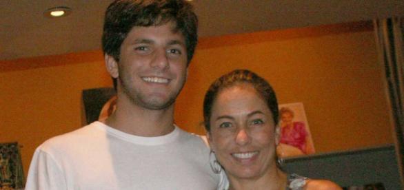 Cissa posa ao lado do filho morto em 2010