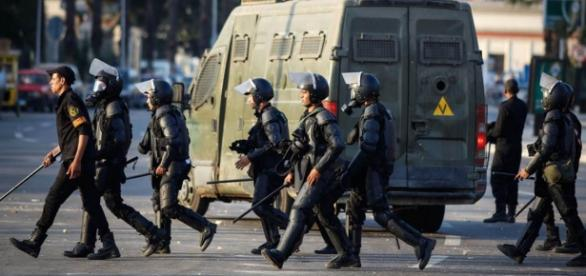 Egyptian police stage themselves for a raid in Cairo / Photo via NBC News