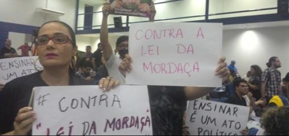 """Professores esperando Miguel Nagib, coordenador da """"Escola sem Partido"""", para """"roda jurídica"""", na UFMS. Ele desistiu do debate."""