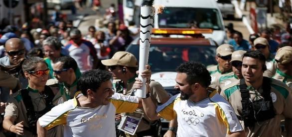 Irmãos carregaram tocha. (Fotos: Rio 2016/Fernando Soutello)