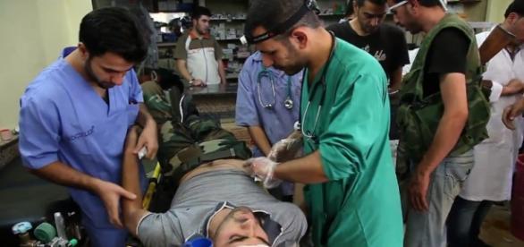 Une équipe médicale humanitaire soignant des combattants et des civils à Alep (Syrie). (Photo : Scott Bobb)