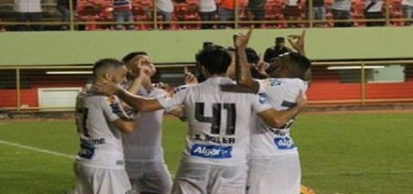 Jogadores do Santos comemorando um dos gols do jogo.