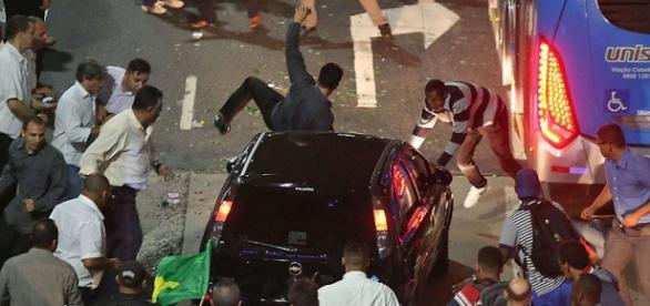 Motorista fura bloqueio, atropela manifestante e tem carro depredado