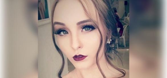 Larissa Manoela exagera na maquiagem e é criticada