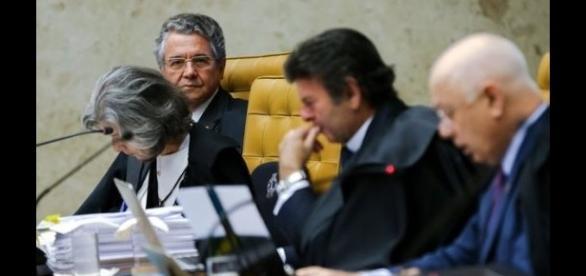 Ministros do STF ouvindo a leitura do parecer de Teori Zavascki sobre o afastamento de Cunha