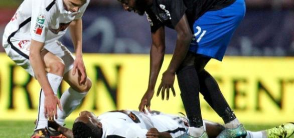 Momento em que jogador cai no meio de campo