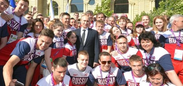 Vladimir Putin em foto com atletas russos