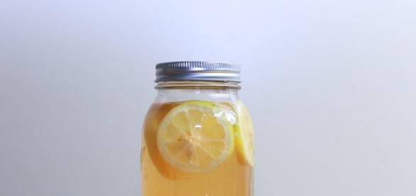 Détox water au citron dans une mason jar