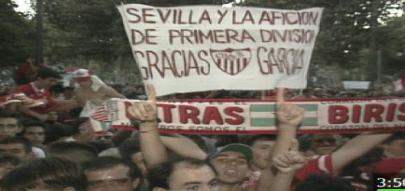 Imagen de la manifestación de los aficionados sevillistas por el descenso administrativo del club