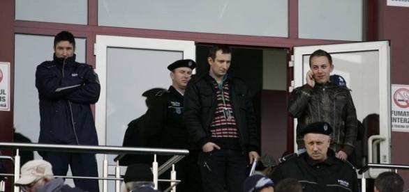Petre Cojocaru, în centrul imaginii, pune degetul pe rană