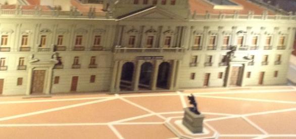 Una maqueta nos expresa el ideal en el monumental palacio y plaza