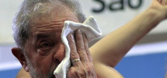 Ex-presidente Lula crê que a presidente Dilma não atuou para livrá-lo das investigações da Polícia Federal.