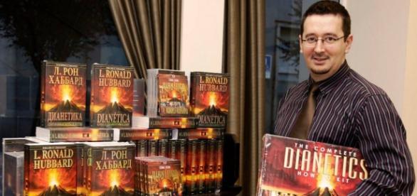 Iván Arjona, con libros de Dianética, de Ronald Hubbard, en 52 idiomas