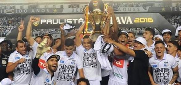 O Santos comemora o título estadual de 2015. Nunca um vencedor do Paulistão ganhou o Brasileirão no mesmo ano
