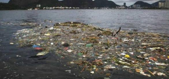 Poluição na Baía de Guanabara no Rio de Janeiro