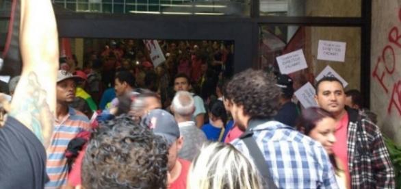 Manifestantes invadem prédio da presidência