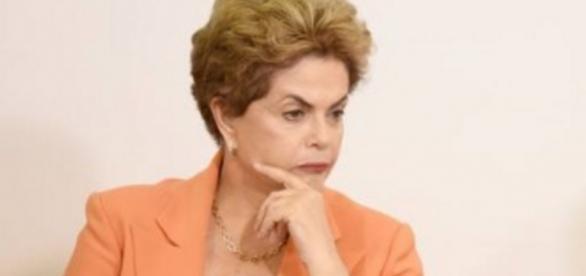 Dilma Rousseff olha com cara de preocupada