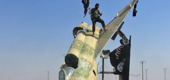 Combatentes do Estado Islâmico elevam bandeira do grupo