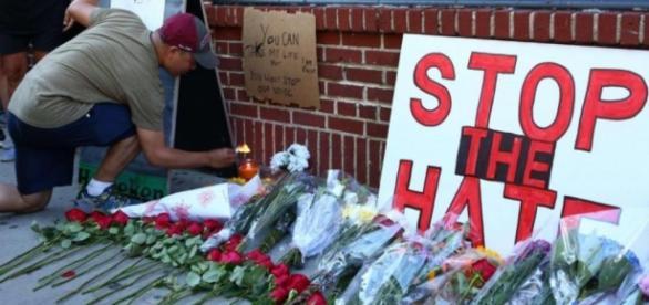 Flores y velas en oración por la masacre de Orlando, Florida