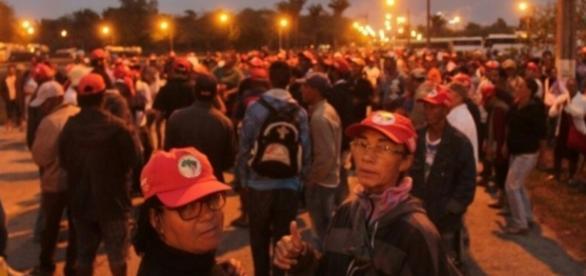 Grupo de manifestantes invade fábrica