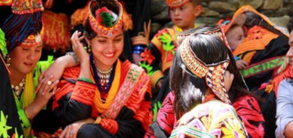 Imagine cu locuitori din valea râului Hunza