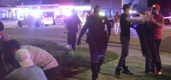 Oficiais da emergência chegam ao exterior da boate Pulse, em Orlando.