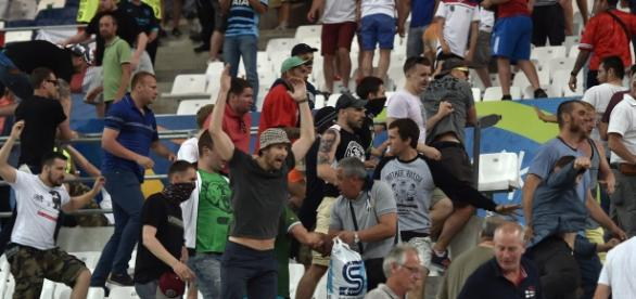 Serios incidentes entre aficionados rusos e ingleses en el comienzo de la Eurocopa