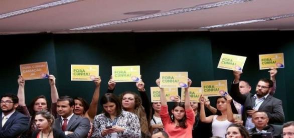 Voto de Tia Eron e cartazes de 'fora, Cunha' marcam votação no Conselho de Ética à favor da Cassação do deputado. Foto: Wilson Dias/Agência Brasil