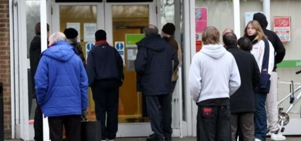 Muncitori europeni în fața unei agenții pentru locuri de muncă din Marea Britanie