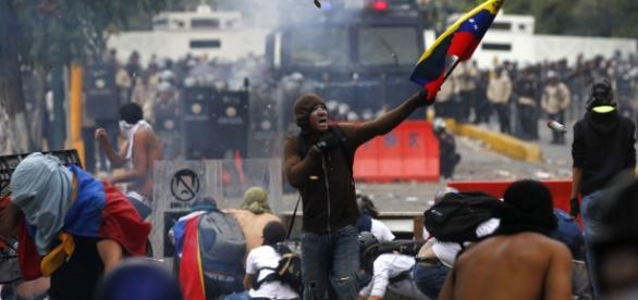 Jovenes protestando en Venezuela