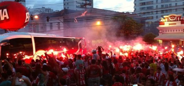 Torcida do Náutico na Av. Conselheiro Rosa e Silva para incentivar time antes de jogo. Foto: nauticonet.com.br