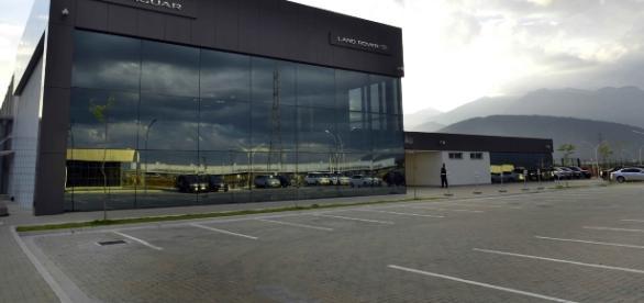 Fachada da fábrica da Jaguar Land Rover (JLR), em Itatiaia, no interior fluminense