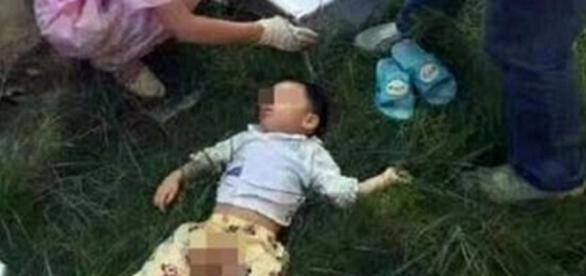 Menino de dois anos é jogado pela mãe de prédio