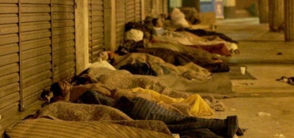 Moradores de rua sofrem com o frio (Foto: Reprodução/Brazil com Z)