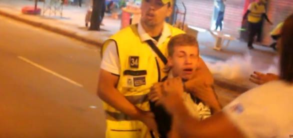 Policial estrangula estudante que participava de protesto. Foto: reprodução Youtube