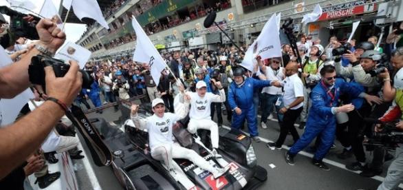 Porsche número 2 herdou a vitória das 24h de Le Mans nos últimos minutos
