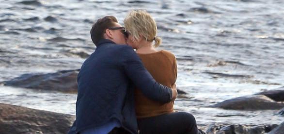 Taylor Swift é vista aos beijos com ator