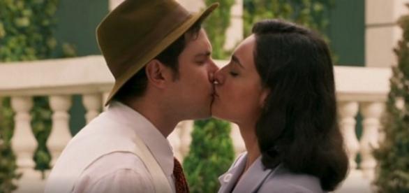 Em reencontro, Candinho e Filomena se beijam apaixonadamente