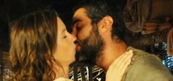 Gahiji beija a amada em reencontro inesperado, após 38 anos (Foto: Divulgação/TVRecord)