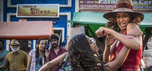 Luzia vai ofender Tereza no meio da rua (Divulgação/Globo)