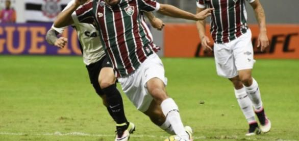 Scarpa tenta o lance para o Fluminense