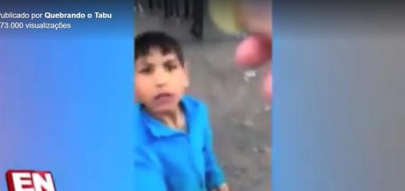 Torcedor finge que dará uma moeda a uma criança, mas então a atira para longe, para desespero do garoto.