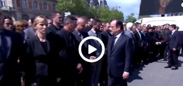 Francois Hollande oraz policjanci w trakcie ceremonii pogrzebowej funkcjonariusza zabitego przez islamistów.