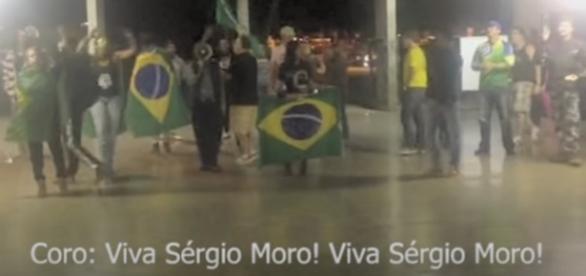 Grupo a favor de Bolsonaro faz manifestação em faculdade