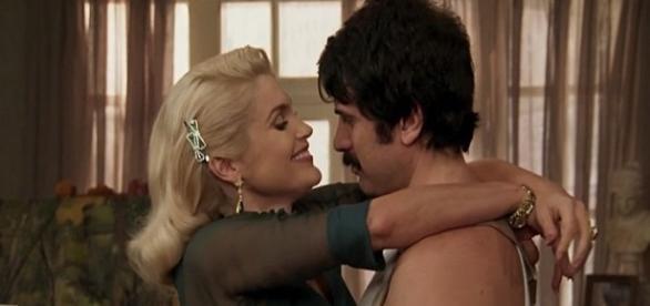 Sandra e Ernesto são pegos aos beijos