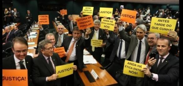 Deputados comemoram derrota de Cunha no Conselho de Ética