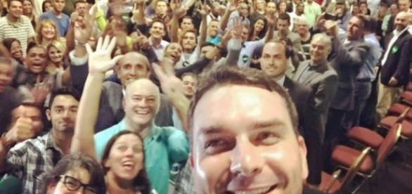 Flávio Bolsonaro oficializa candidatura