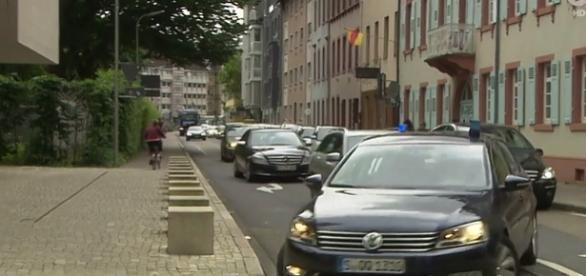 Kawalkada samochodów wiezie podejrzanych do sądu.