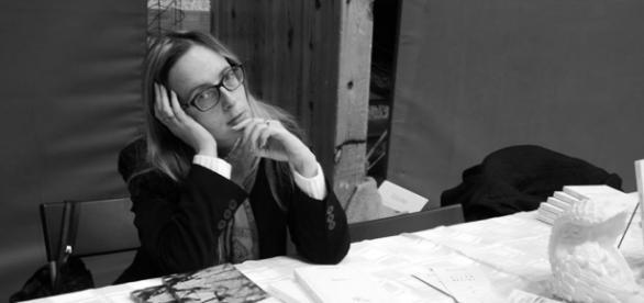 """Pensive, lors de la séance de dédicaces de """"Elles se livre(nt)"""" (Braine L'Alleud- 2016)"""