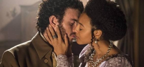 Bertoleza e Ventura se beijam (Globo)